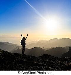 woman természetjárás, siker, árnykép, alatt, hegyek, napnyugta