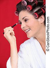 woman using eyeliner