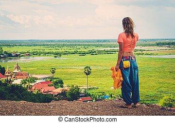 woman van, on tető of, egy, hegy, élvez, úszó, falu, kilátás, phnom, krom, siem, arat, kambodzsa