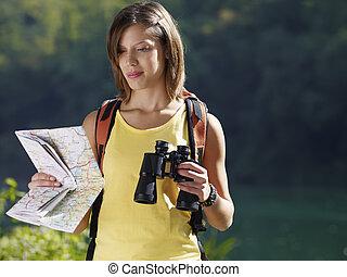 woman, wandert, mit, fernglas, und, landkarte