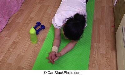 Woman with wrist injury try to do push ups
