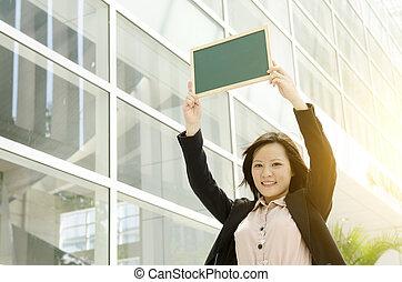 womanaffär, visande, ung, asiat, tom, chalkboard