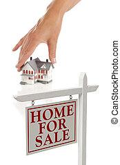 womans, mano, escoger, hogar, con, signo bienes raíces, en frente