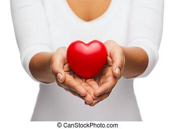 womans, manos ahuecadas, actuación, corazón rojo
