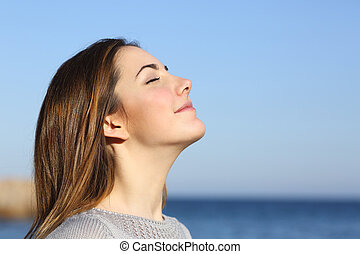 womanstående, andning, djup, nytt lufta, stranden