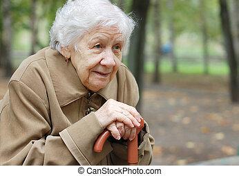 womanstående, utomhus, äldre, vacker