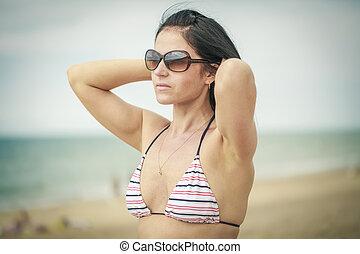 Women keep the hair on the sea