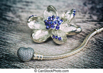 Women's jewelry, a symbol of the heart and flower