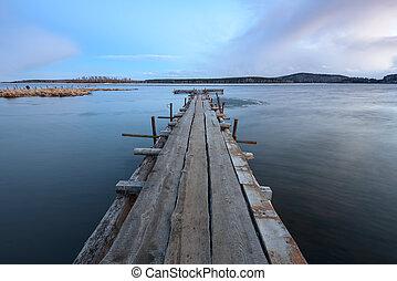 wooden stég, öreg, tó