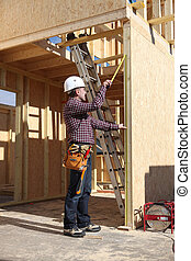 woodwork, casa, contratante, construção, inspeccionando, sob