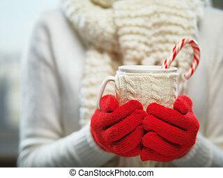 woolen, inverno, concetto, confortevole, cane., tempo tè, caldo, caramella, o, tazza, donna, caffè, cacao, tenere mani, guanti, natale, rosso