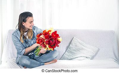 woonkamer, bouquetten, tulpen, jong meisje