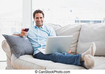 woonkamer, relaxen, sofa, draagbare computer, glas, man,...