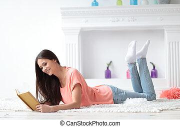 woonkamer, vloer, jonge, boek, verticaal, girl lezen, het liggen