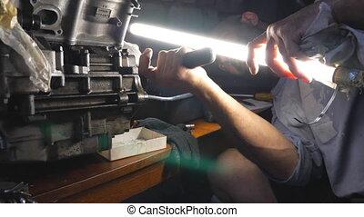 work., attentif, mouvement, réparateur, ou, auto., entretenir, sombre, moteur, sien, automobile, mécanicien, clair, garage, grand plan, utilisation, lent, fixation, homme, workshop., engagé, lampe électrique