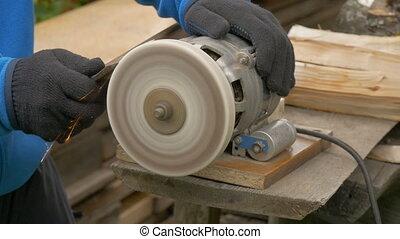 Work on a sharpening machine.