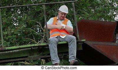 Worker wrap hand with gauze