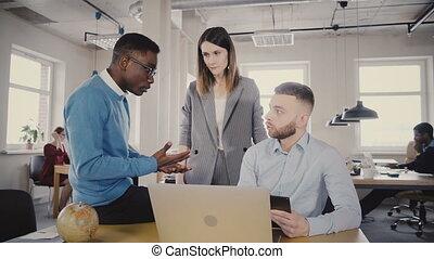 workers., femme, multiethnic, bureau, 4k., employés, cadre, jeune, portion, directeur, motivates, femme, sérieux, préoccupé