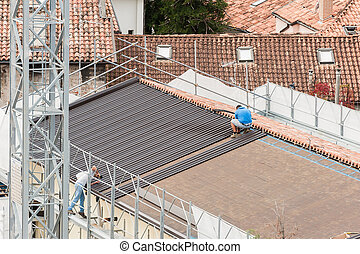 Workers in the construction of a roof.
