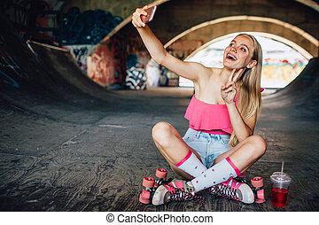 workout., a., algum, selfie., descanso, ficar, dela, positivo, lá, jovem, intensivo, também, tem, mostrando, assento mulher, símbolo, bebida, besides, fingers., após, levando, ela, pedaço