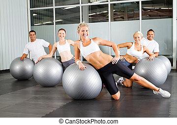 workout, met, gymnastische bal, in, een, gym