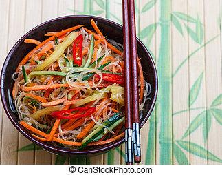 wortels, kruidig, glas, groentes, -, brandpunt, komkommer, selectief, cuisine., aziaat, pepers, schaaltje, oosters, noedel, garlic.
