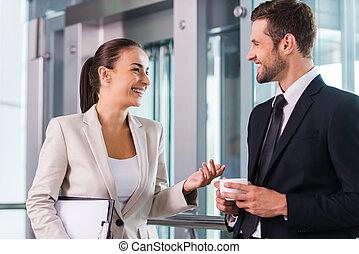 wpływy, czas, do, pogawędka, z, colleague., dwa, radosny, handlowy zaludniają, dyskutując, coś, i, uśmiechanie się