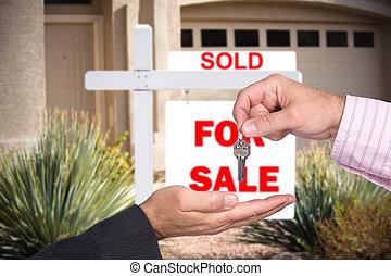 wręczając, klawiatura, na, realator, kupujący, dom