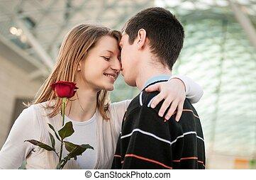 wręczając, kwiat, na, młoda kobieta, człowiek