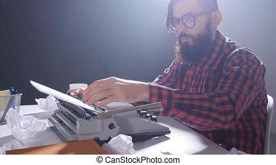 writer's, jour, salle, concept., mâle, sombre, machine écrire, dactylographie, écrivain, jeune