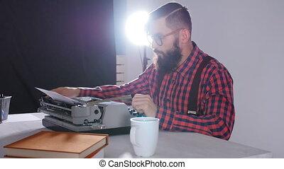 writer's, salle, concept., écrivain, jeune, sombre, dactylographie, mâle, jour, machine écrire