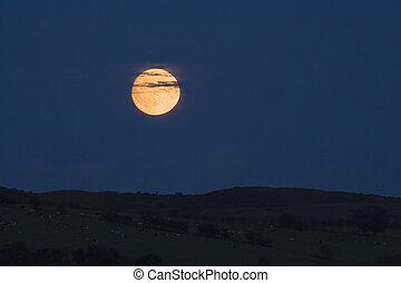 wschód księżyca, zachmurzony