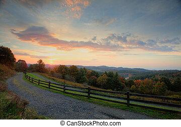 wschód słońca, w górach