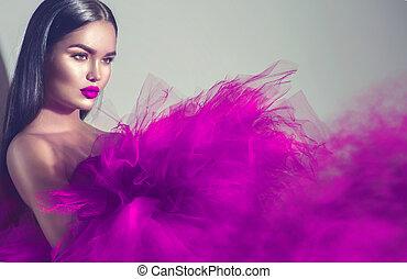 wspaniały, brunetka, wzór, kobieta, w, purpurowy strój, przedstawianie, w, studio