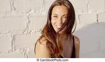 wspaniały, młoda kobieta, z, niejaki, marzycielski, uśmiech