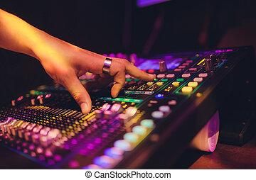 wspornik, koncert, stage., dwa, mikser, ręka, tarcza obrotowa, mając władzę, didżej, nightclub
