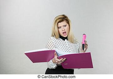 wstrząśnięty, handlowa kobieta, dokumenty przeglądnięcia