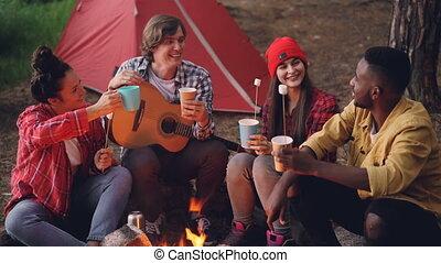 wtyka, dookoła, marshmallow, ludzie, ogień, guitar., młody, ...