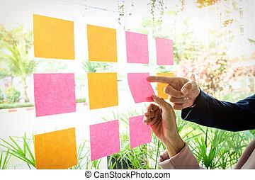 wtykając, lepiszcze, kobieta, strzał, biuro, ściana, notatki, do góry, szkło, siła robocza, zamknięcie