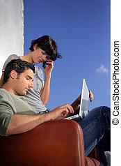 wuth, coppia, seduto, laptop, esterno