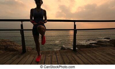 wybrzeże, wschód słońca, kobieta, młody, skokowy