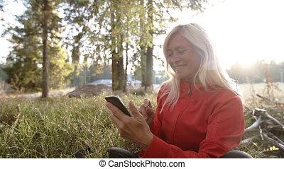 wycieczkowicz, używając, smartphone., kobieta, senior, ...