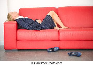 wyczerpany, kobieta interesu, leżący, leżanka