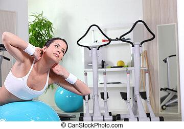 wykonuje, sala gimnastyczna, kobieta, brzuszny, młody