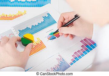 wykresy, analizując, młody mężczyzna