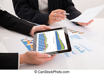 wykresy, cyfrowy, businesspeople, tabliczka, porównywanie