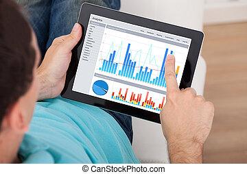 wykresy, człowiek, analizując, tabliczka, cyfrowy