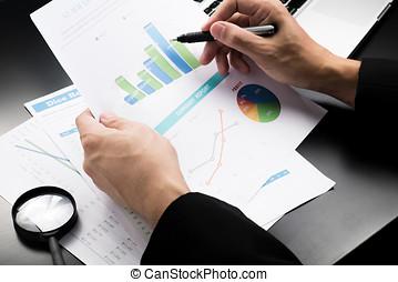 wykresy, patrząc, biznesmen