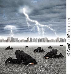 wylękniony, biznesmen, krycie, na mielonym, z, burza, nadchodzący