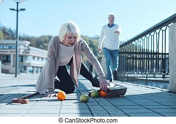 wylękniony, kobieta, opuszczenie, artykuły spożywcze, znowu, spadanie, do, gruntowy